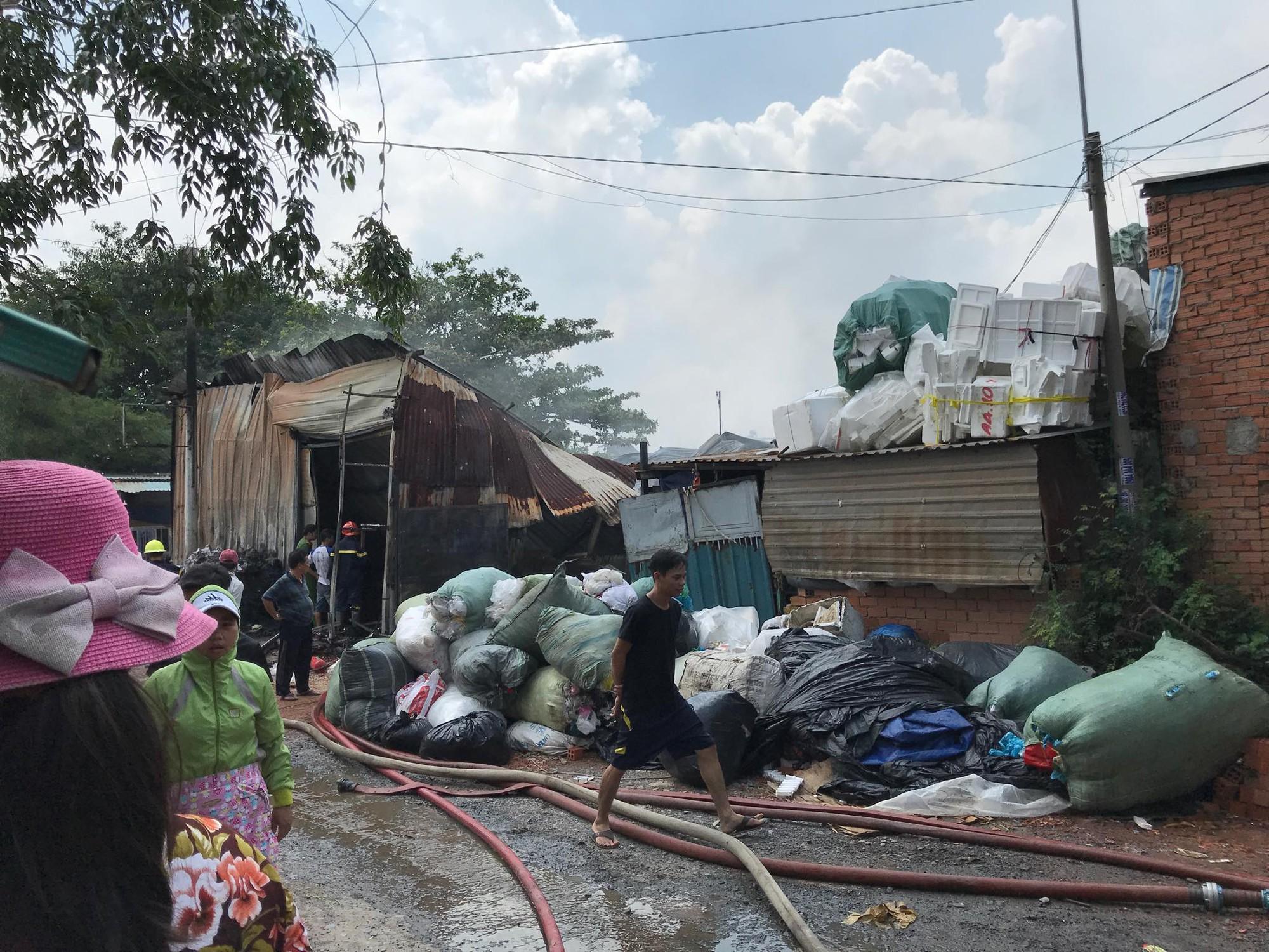 Khói lửa bao trùm cơ sở thu mua ve chai cạnh dãy nhà trọ ở Sài Gòn, hàng chục người bỏ chạy tán loạn - Ảnh 3.
