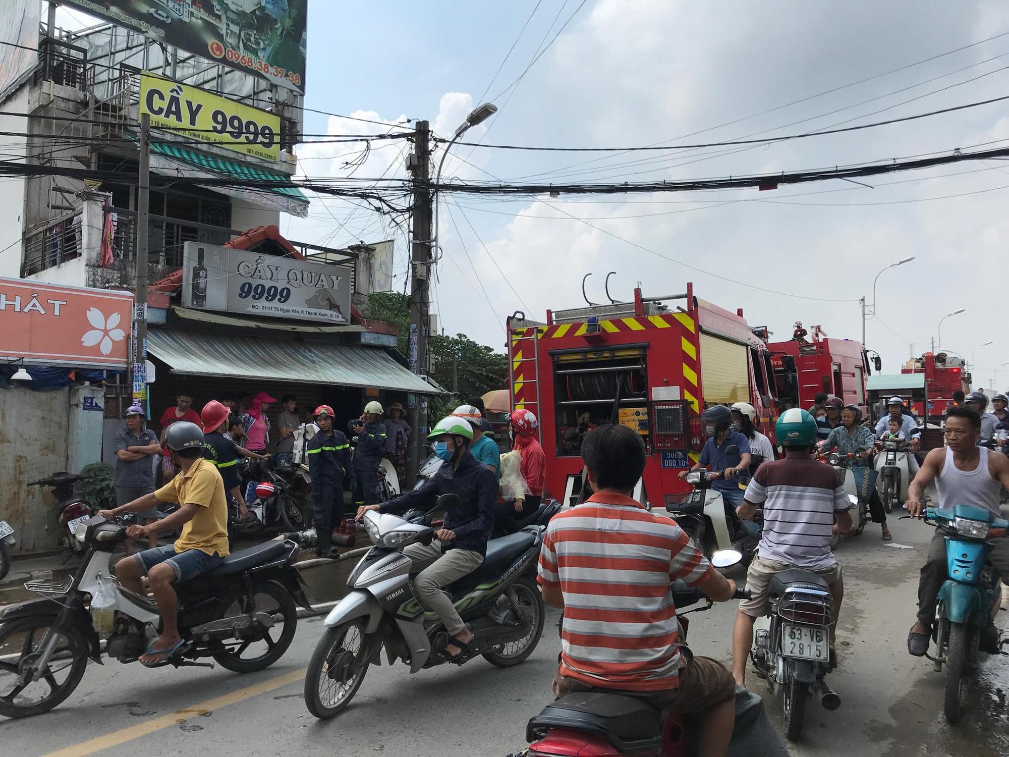 Khói lửa bao trùm cơ sở thu mua ve chai cạnh dãy nhà trọ ở Sài Gòn, hàng chục người bỏ chạy tán loạn - Ảnh 2.