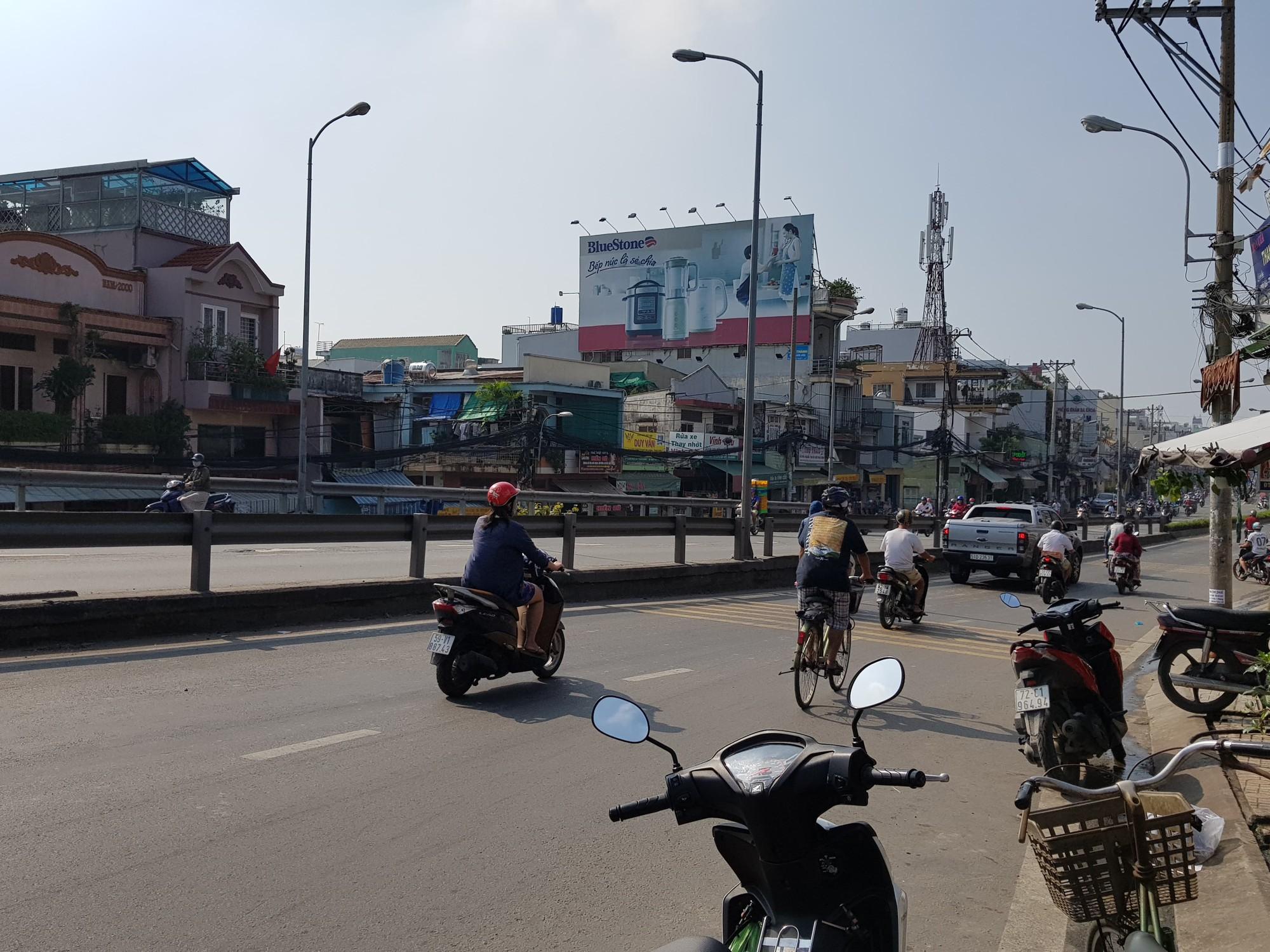 Tạm giữ 10 đối tượng trong nhóm giang hồ cầm mã tấu đuổi chém kinh hoàng trên cầu Nhị Thiên Đường ở Sài Gòn - Ảnh 2.