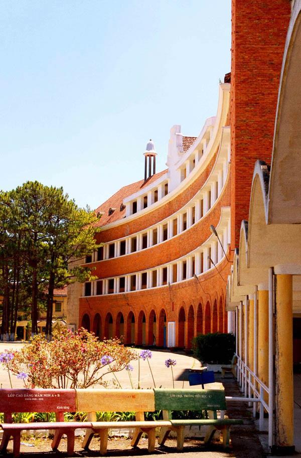 Đây chính là ngôi trường nằm trên đồi đẹp nhất Đà Lạt, được dân tình checkin nườm nượp - Ảnh 6.
