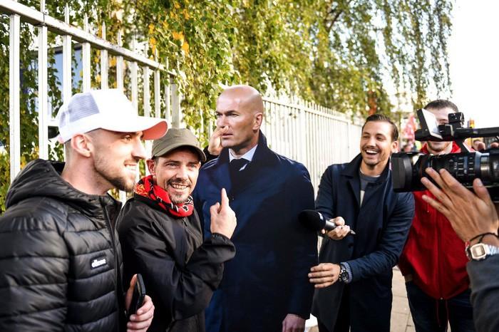 Nhà đài hết hồn khi Mourinho phũ phàng hất nước vào máy quay truyền hình - Ảnh 1.