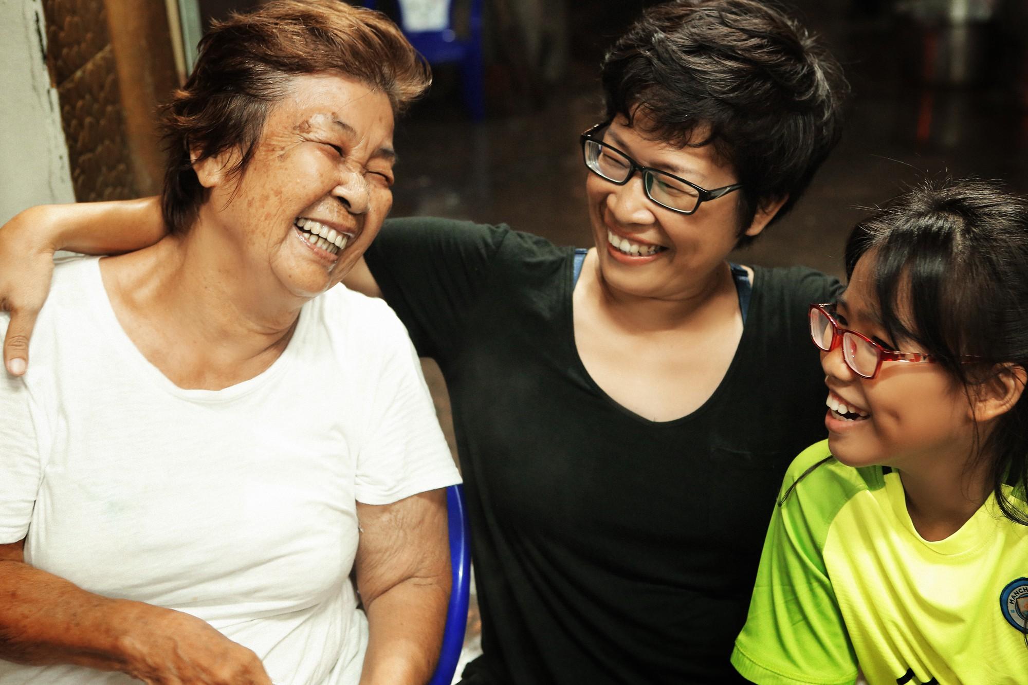 24 giờ của Tư: Bộ ảnh xúc động về người mẹ đơn thân chiến đấu với căn bệnh ung thư cùng cô con gái 12 tuổi - Ảnh 15.