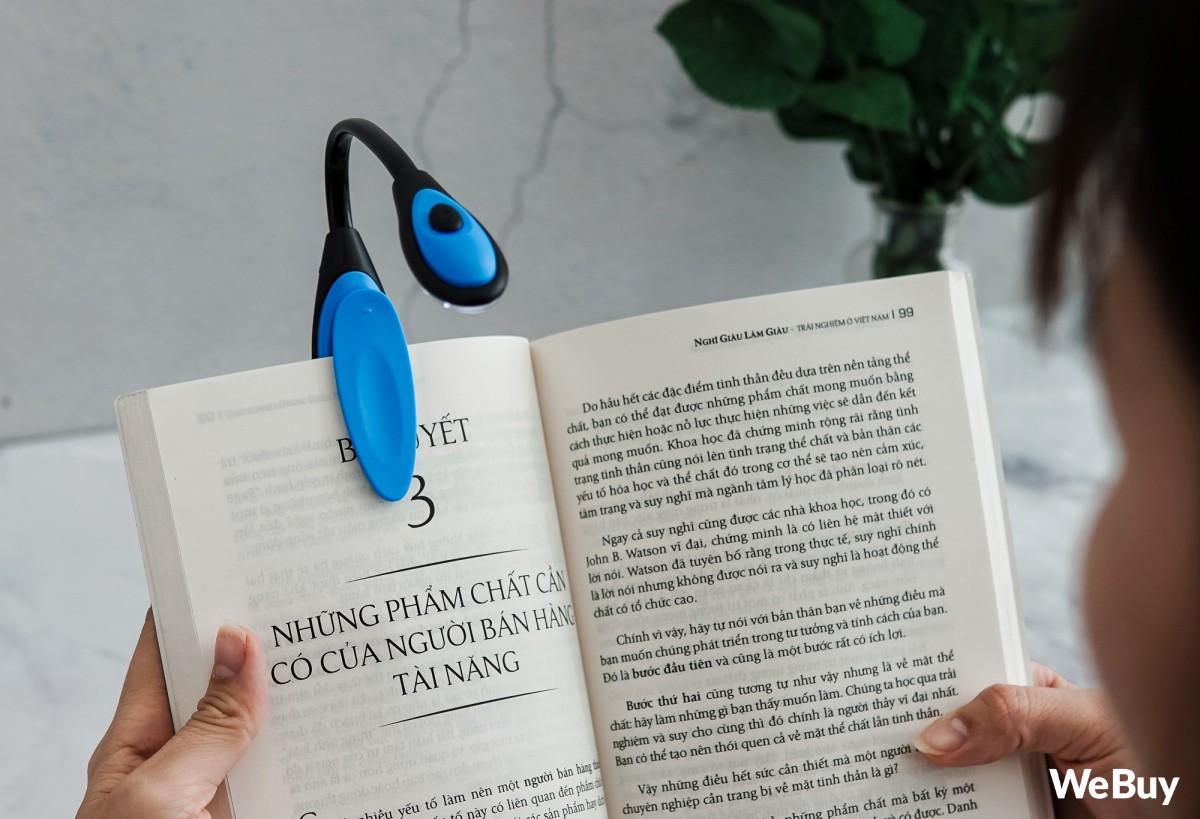 Đọc sách phong cách hắc ám, công phá thị lực với chiếc đèn mini chạy pin, kẹp luôn vào sách này - Ảnh 5.