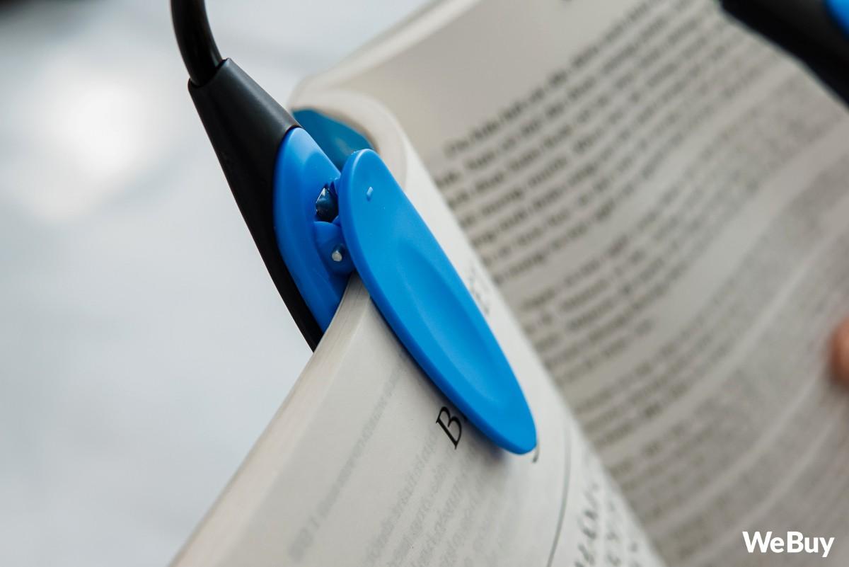 Đọc sách phong cách hắc ám, công phá thị lực với chiếc đèn mini chạy pin, kẹp luôn vào sách này - Ảnh 2.