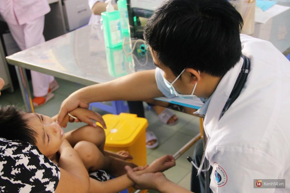 Dịch tay chân miệng bùng phát khó lường ở Sài Gòn: Bệnh viện quá tải, bố mẹ trắng đêm chăm con giữa mùa dịch - Ảnh 3.