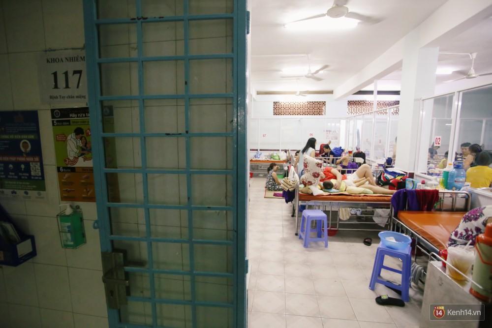 Dịch tay chân miệng bùng phát khó lường ở Sài Gòn: Bệnh viện quá tải, bố mẹ trắng đêm chăm con giữa mùa dịch - Ảnh 1.