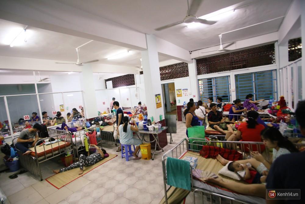 Dịch tay chân miệng bùng phát khó lường ở Sài Gòn: Bệnh viện quá tải, bố mẹ trắng đêm chăm con giữa mùa dịch - Ảnh 6.