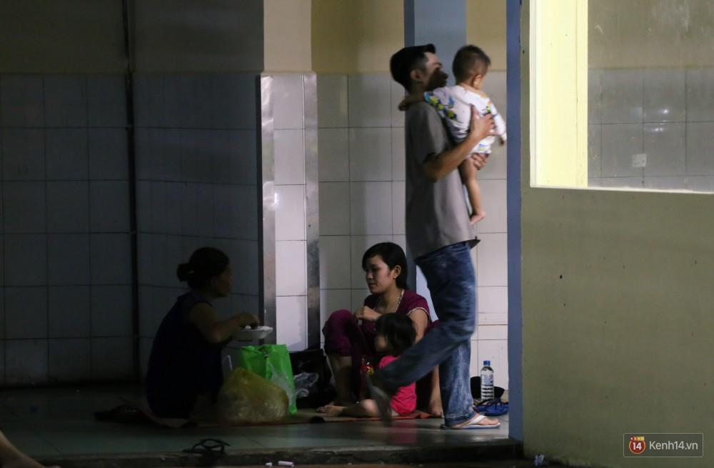 Dịch tay chân miệng bùng phát khó lường ở Sài Gòn: Bệnh viện quá tải, bố mẹ trắng đêm chăm con giữa mùa dịch - Ảnh 19.