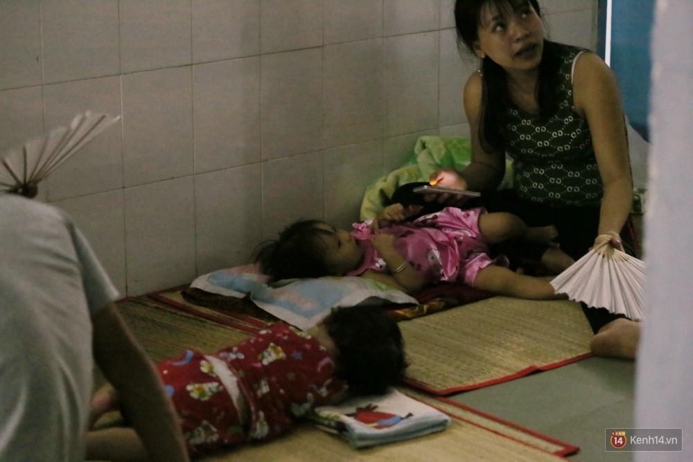 Dịch tay chân miệng bùng phát khó lường ở Sài Gòn: Bệnh viện quá tải, bố mẹ trắng đêm chăm con giữa mùa dịch - Ảnh 15.