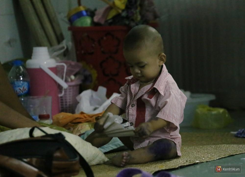 Dịch tay chân miệng bùng phát khó lường ở Sài Gòn: Bệnh viện quá tải, bố mẹ trắng đêm chăm con giữa mùa dịch - Ảnh 18.