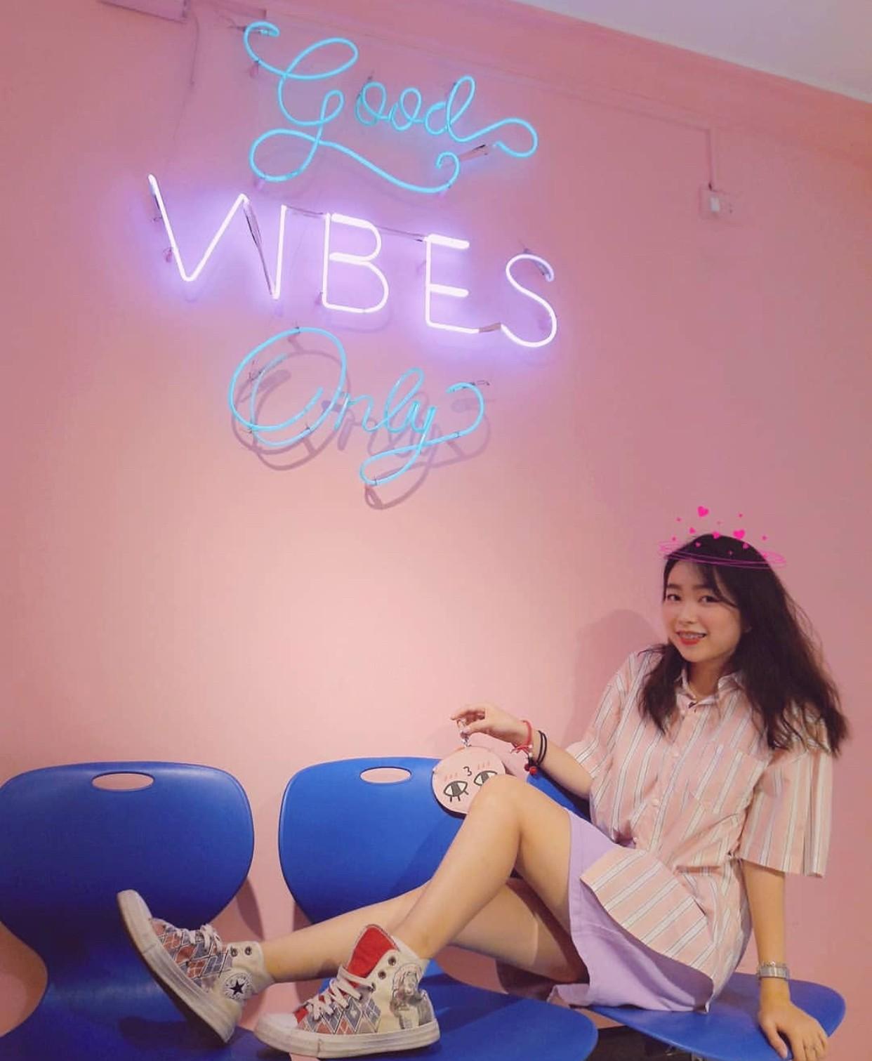 Ngoài quán cà phê, giới trẻ Việt Nam giờ còn ùn ùn đến các shop quần áo để chụp ảnh - Ảnh 19.