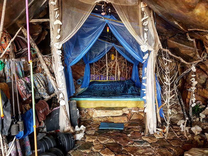 Người rừng Thái Lan sống trong hang động bỗng nổi tiếng khắp MXH vì hẹn hò với toàn mỹ nữ phương Tây - Ảnh 4.