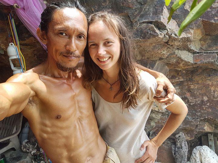 Người rừng Thái Lan sống trong hang động bỗng nổi tiếng khắp MXH vì hẹn hò với toàn mỹ nữ phương Tây - Ảnh 7.