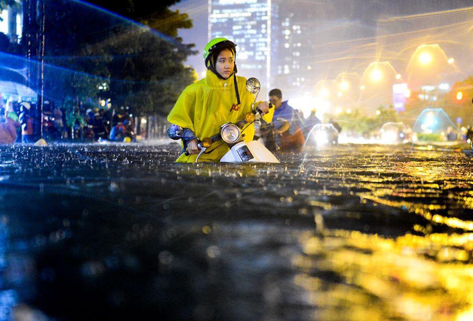 Vô tình chụp trúng gái xinh không chỉ 1 mà đến 2 lần, chàng trai có thêm em gái mưa đúng nghĩa đen - Ảnh 1.