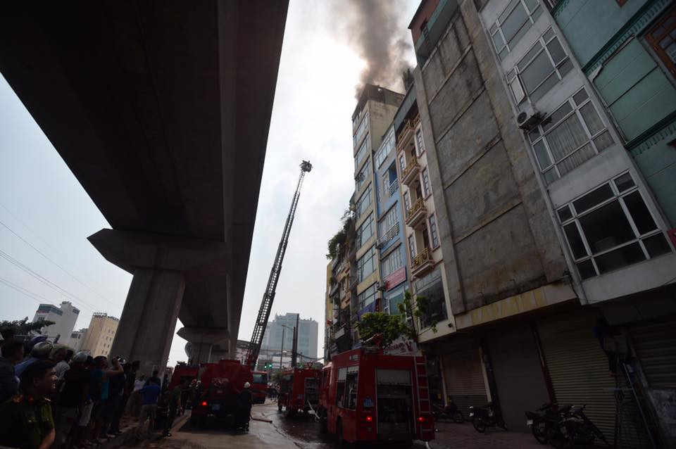 Hà Nội: Chủ đốt vàng mã gây cháy tại quán karaoke 9 tầng, điều động xe thang cùng hàng chục chiến sĩ PCCC dập lửa - Ảnh 6.