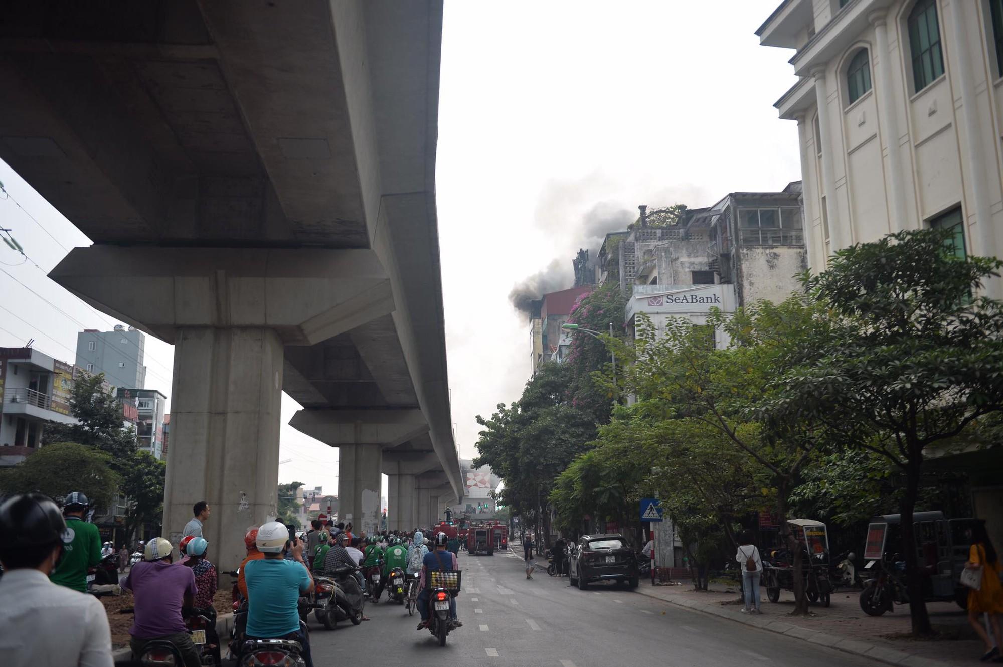 Hà Nội: Chủ đốt vàng mã gây cháy tại quán karaoke 9 tầng, điều động xe thang cùng hàng chục chiến sĩ PCCC dập lửa - Ảnh 2.