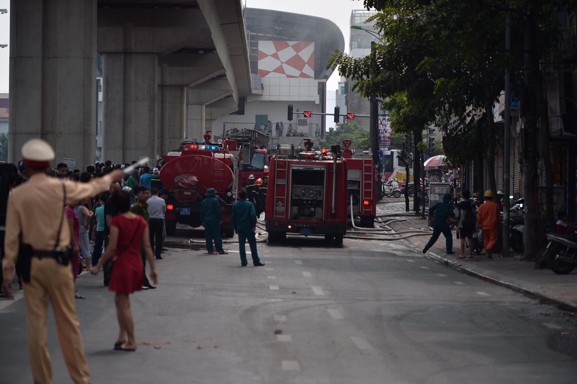 Hà Nội: Chủ đốt vàng mã gây cháy tại quán karaoke 9 tầng, điều động xe thang cùng hàng chục chiến sĩ PCCC dập lửa - Ảnh 5.
