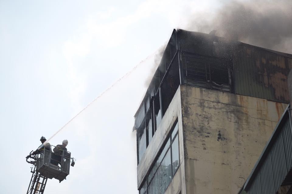Hà Nội: Chủ đốt vàng mã gây cháy tại quán karaoke 9 tầng, điều động xe thang cùng hàng chục chiến sĩ PCCC dập lửa - Ảnh 7.