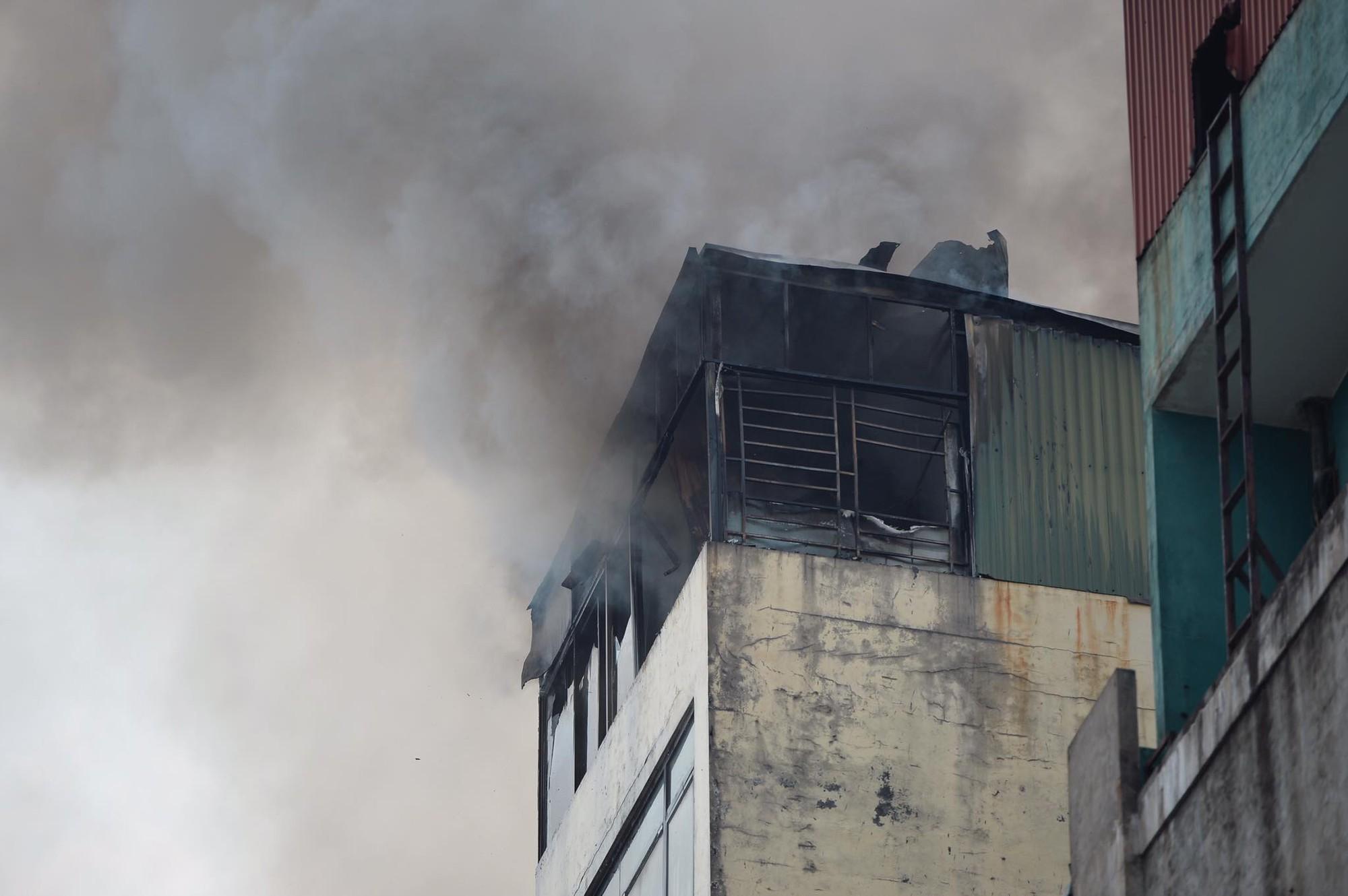 Hà Nội: Chủ đốt vàng mã gây cháy tại quán karaoke 9 tầng, điều động xe thang cùng hàng chục chiến sĩ PCCC dập lửa - Ảnh 4.