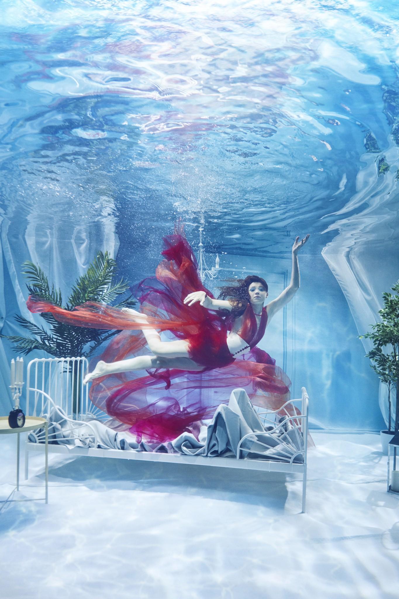 Chụp ảnh dưới nước, thí sinh Next Top Ba Lan không tránh khỏi biểu cảm trợn mắt như... chết trôi - Ảnh 2.