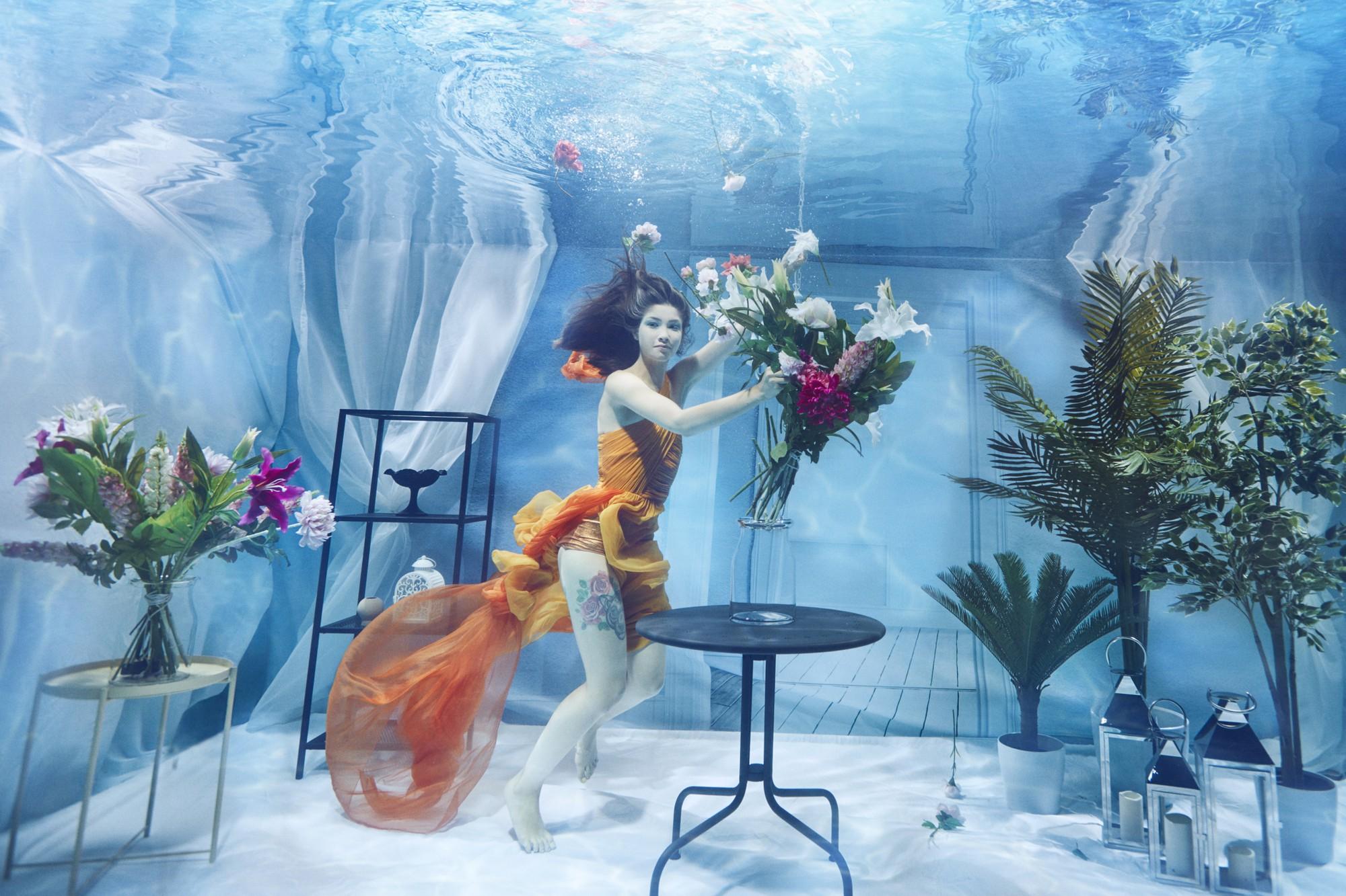 Chụp ảnh dưới nước, thí sinh Next Top Ba Lan không tránh khỏi biểu cảm trợn mắt như... chết trôi - Ảnh 3.