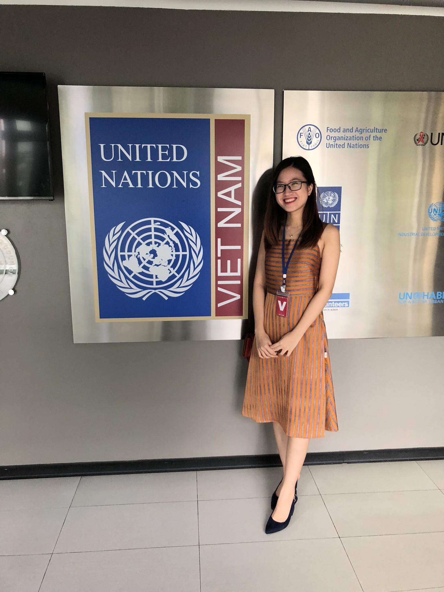 Cô bạn 9x xinh xắn, là thủ khoa đầu vào và tốt nghiệp Đại học Hà Nội, từng tháp tùng Bộ trưởng Bộ thương mại Indonesia tại APEC - Ảnh 7.