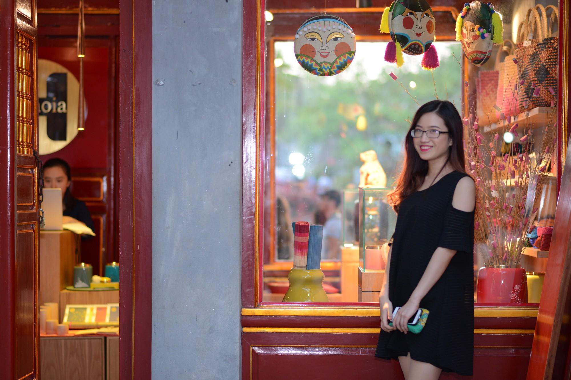 Cô bạn 9x xinh xắn, là thủ khoa đầu vào và tốt nghiệp Đại học Hà Nội, từng tháp tùng Bộ trưởng Bộ thương mại Indonesia tại APEC - Ảnh 2.