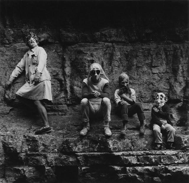 Ralph Eugene Meatyard: Nhiếp ảnh gia lập dị với album ảnh gia đình rùng rợn độc nhất vô nhị - Ảnh 1.