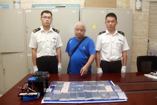 Nhồi nhét iPhone XS Max trị giá cả tỷ đồng vào ắc-quy xe điện, ông lão bị hải quan Trung Quốc tóm ngay tại trận - Ảnh 3.