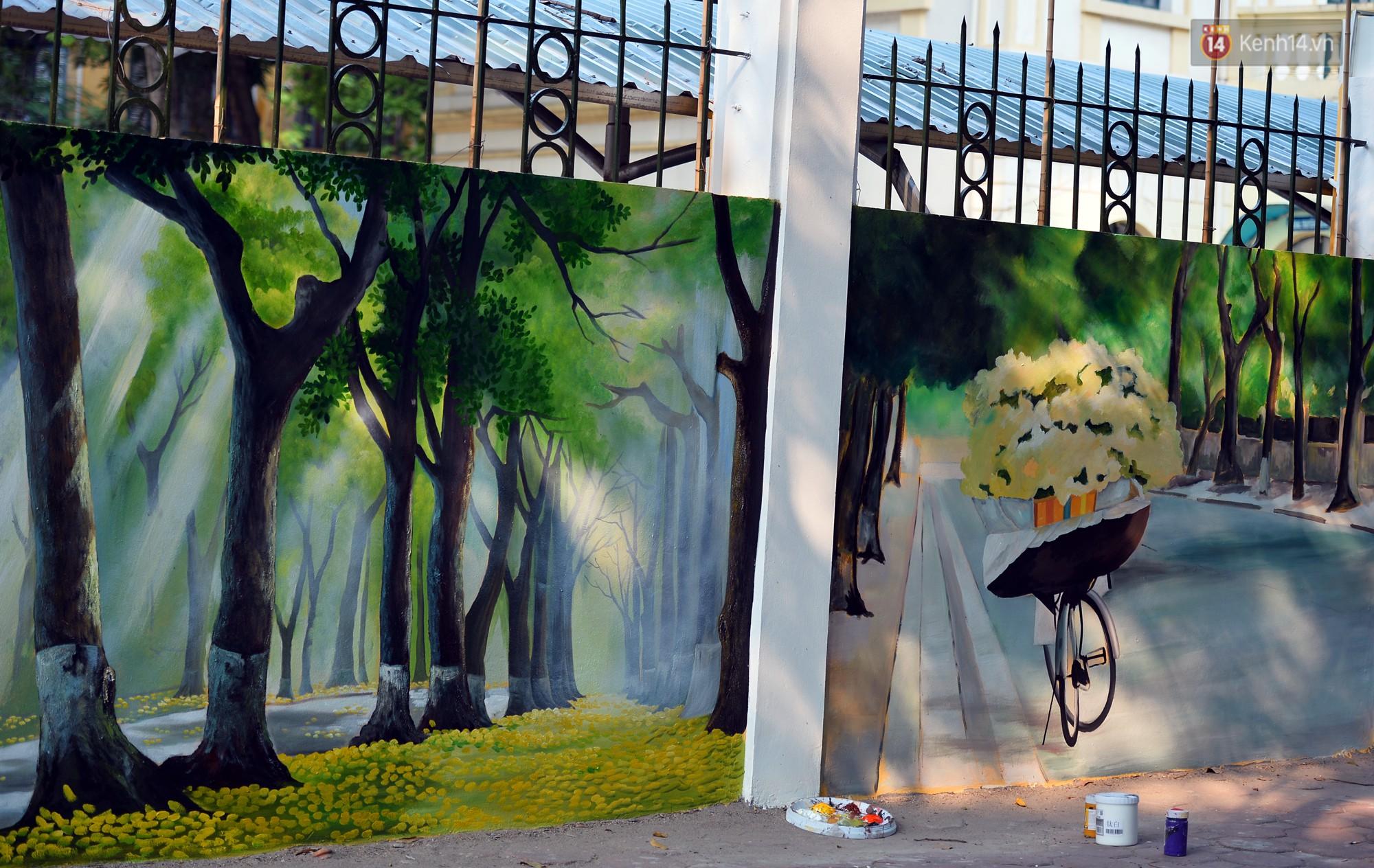 Dãy tường rào cũ kỹ trước cổng trường Phan Đình Phùng được khoác áo mới thành con đường bích họa siêu lãng mạn về Hà Nội xưa - Ảnh 1.