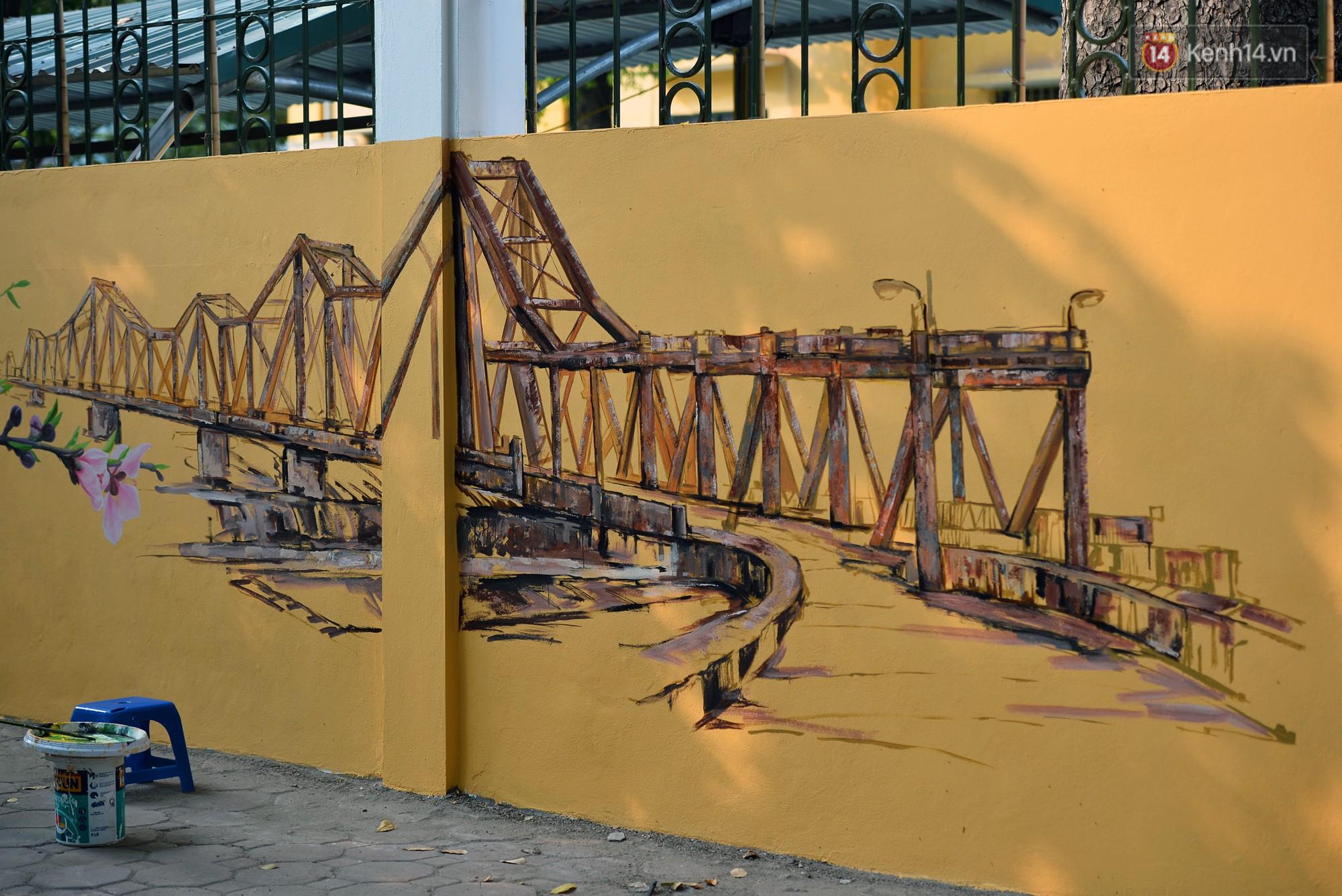 Dãy tường rào cũ kỹ trước cổng trường Phan Đình Phùng được khoác áo mới thành con đường bích họa siêu lãng mạn về Hà Nội xưa - Ảnh 3.