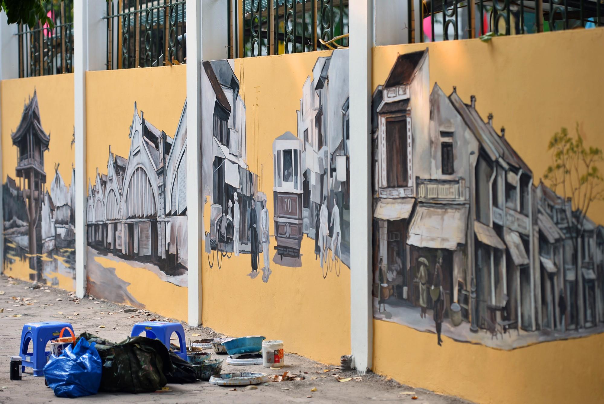 Dãy tường rào cũ kỹ trước cổng trường Phan Đình Phùng được khoác áo mới thành con đường bích họa siêu lãng mạn về Hà Nội xưa - Ảnh 4.