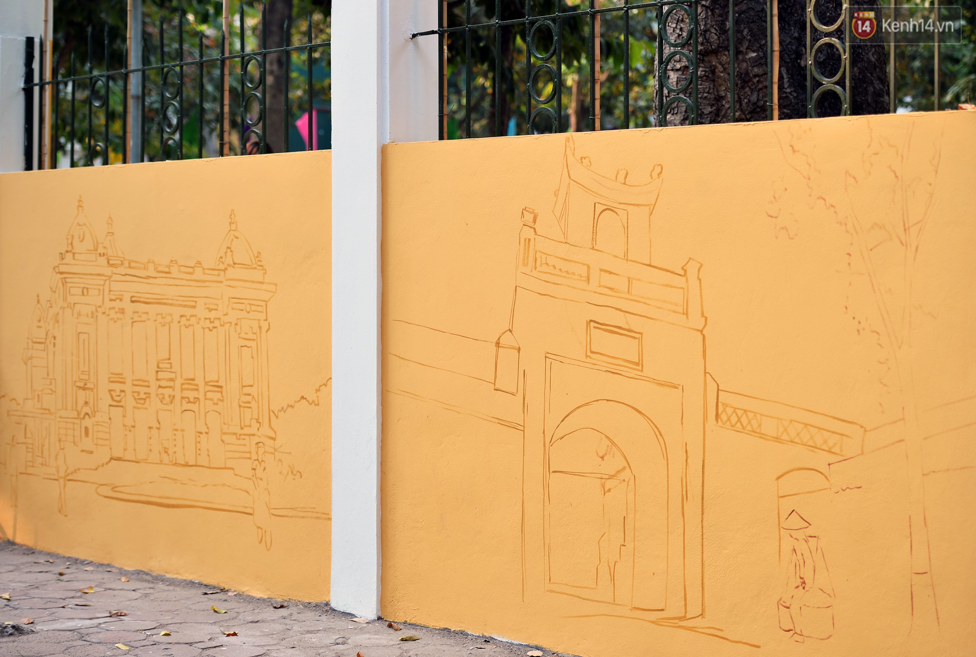 Dãy tường rào cũ kỹ trước cổng trường Phan Đình Phùng được khoác áo mới thành con đường bích họa siêu lãng mạn về Hà Nội xưa - Ảnh 13.