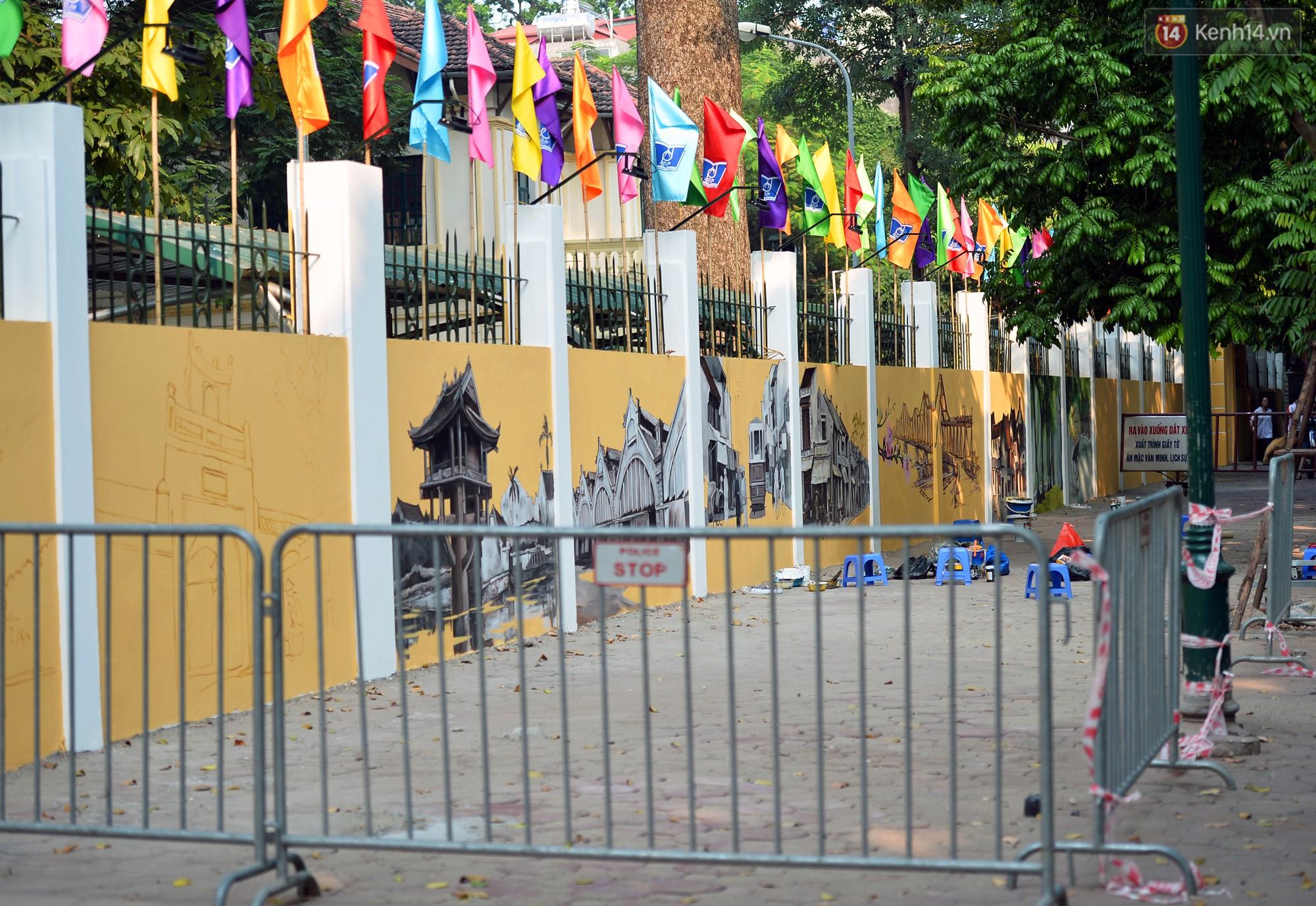 Dãy tường rào cũ kỹ trước cổng trường Phan Đình Phùng được khoác áo mới thành con đường bích họa siêu lãng mạn về Hà Nội xưa - Ảnh 17.