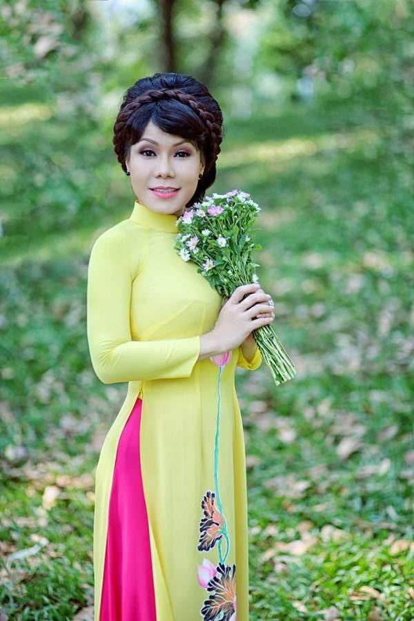 Việt Hương trẻ trung với tóc nhuộm màu, váy hở sâu khoe vòng 1 gợi cảm ở tuổi 41 - Ảnh 4.