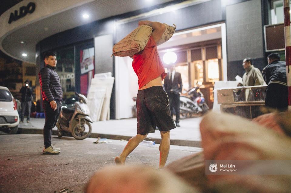 Chùm ảnh: Hà Nội giá rét 10 độ, một chiếc thùng carton hay manh áo mưa cũng khiến người lao động nghèo ấm hơn - Ảnh 20.