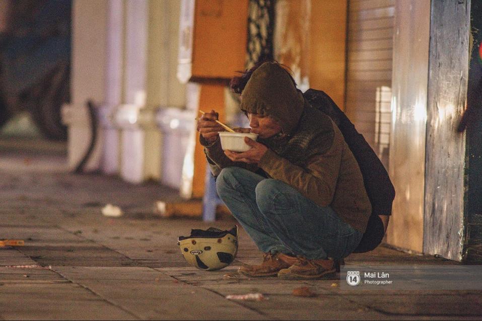 Chùm ảnh: Hà Nội giá rét 10 độ, một chiếc thùng carton hay manh áo mưa cũng khiến người lao động nghèo ấm hơn - Ảnh 21.