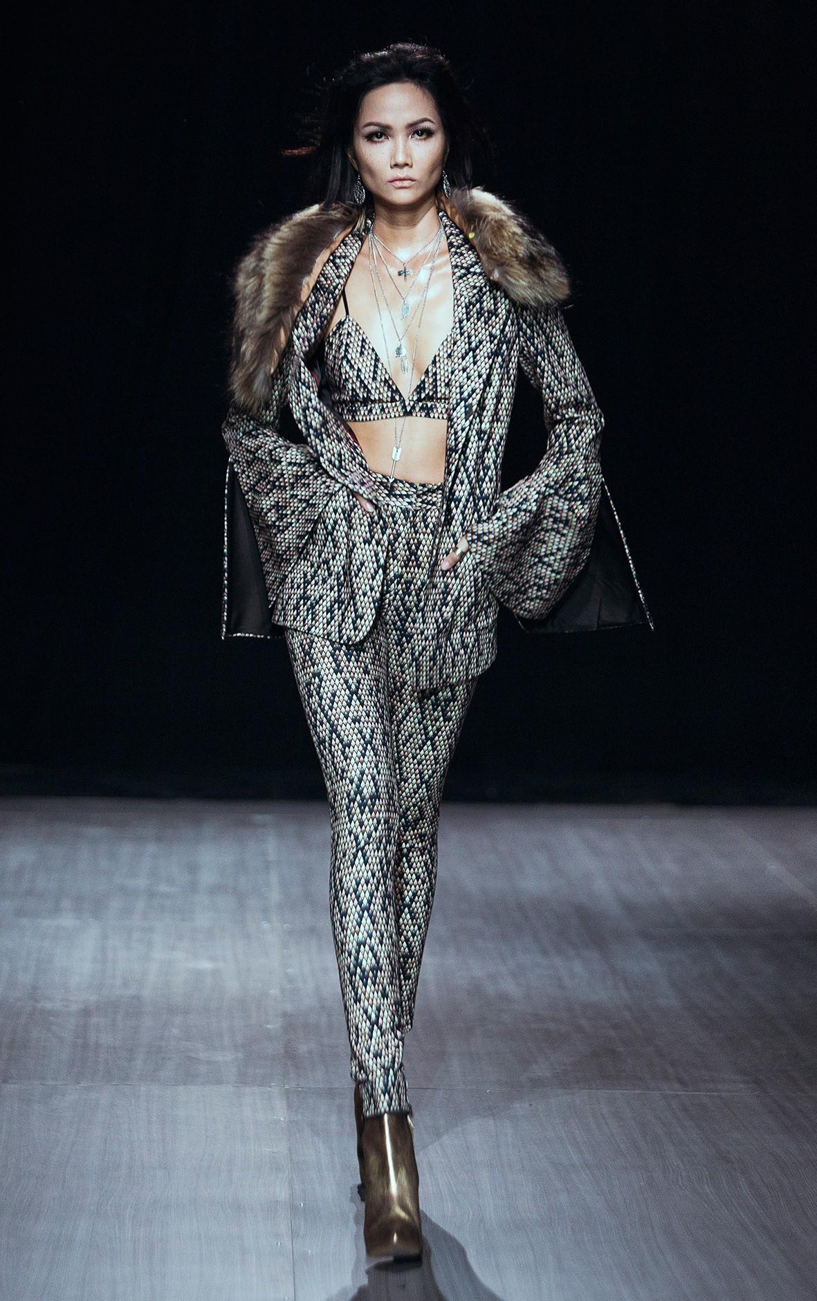 Trước khi đăng quang Hoa hậu, HHen Niê đã là một người mẫu sáng giá với những khoảnh khắc catwalk xuất thần như thế này đây - Ảnh 9.