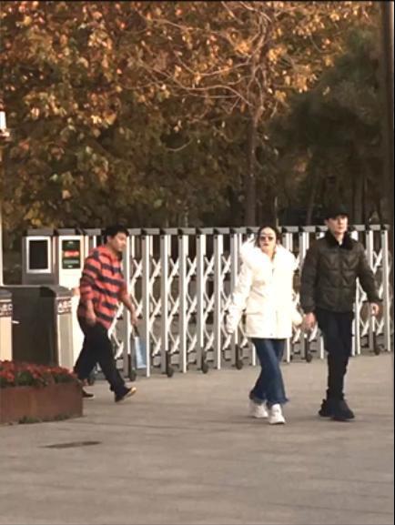 Cuộc sống của Triệu Lệ Dĩnh - Phùng Thiệu Phong sau kết hôn: Ăn tối cùng bạn bè, nắm chặt tay nhau đi ngắm cảnh - Ảnh 6.
