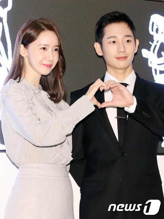 Nữ thần Yoona và mỹ nam Jung Hae In giống nhau bất ngờ, đẹp đôi đến mức trông như đóng phim tại sự kiện - Ảnh 12.