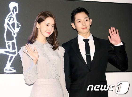 Nữ thần Yoona và mỹ nam Jung Hae In giống nhau bất ngờ, đẹp đôi đến mức trông như đóng phim tại sự kiện - Ảnh 14.