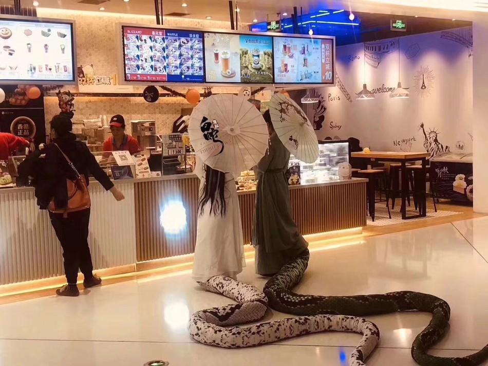 """Bắt gặp Thanh Xà Bạch Xà đi mua trà sữa, nhận danh hiệu bộ đôi """"chơi hết nút"""" nhất Halloween tại Trung Quốc năm nay - Ảnh 1."""