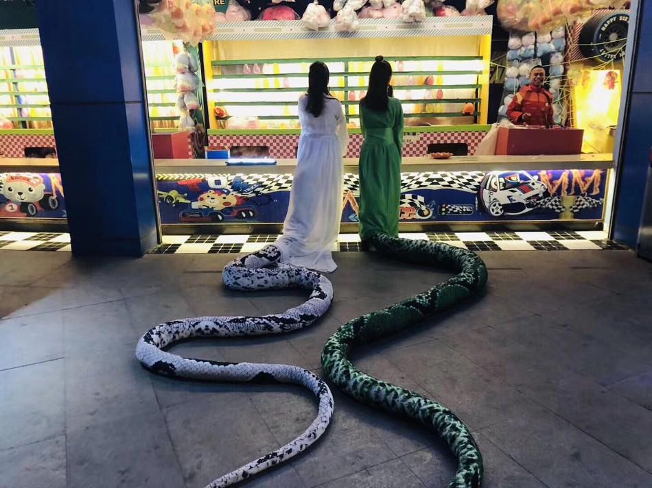 """Bắt gặp Thanh Xà Bạch Xà đi mua trà sữa, nhận danh hiệu bộ đôi """"chơi hết nút"""" nhất Halloween tại Trung Quốc năm nay - Ảnh 2."""