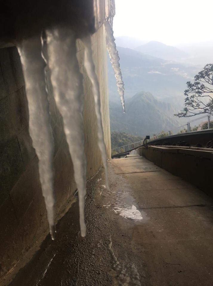Băng giá xuất hiện trên đỉnh Fansipan, du khách thích thú tạo dáng chụp ảnh - Ảnh 4.