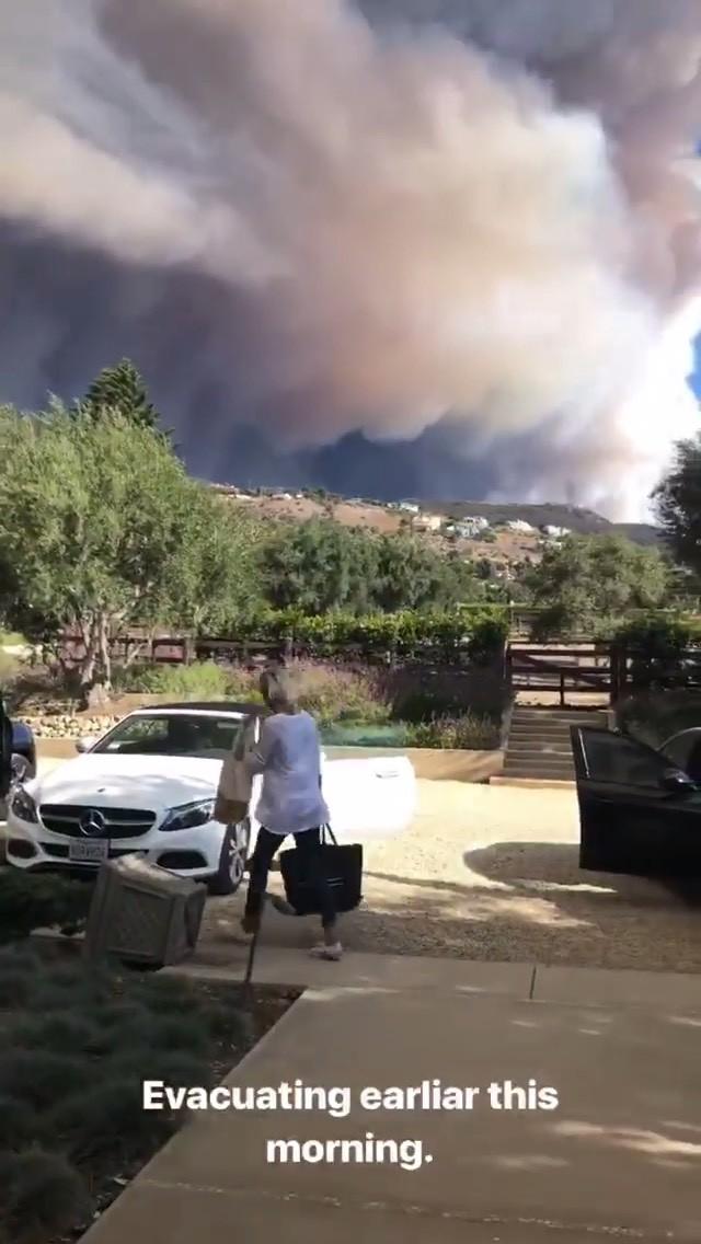 Nhà bố Kendall bị thiêu rụi, Lady Gaga và loạt sao khác tiếp tục sơ tán vì đám cháy lớn ở California - Ảnh 2.