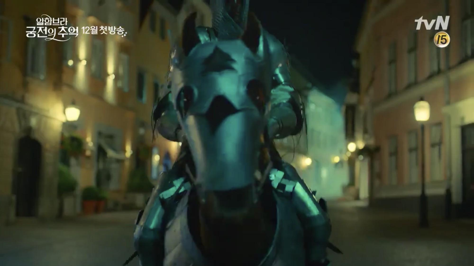 Park Shin Hye trùm khăn đỏ huyền bí trong teaser Memories of the Alhambra vừa tung nóng hổi - Ảnh 8.