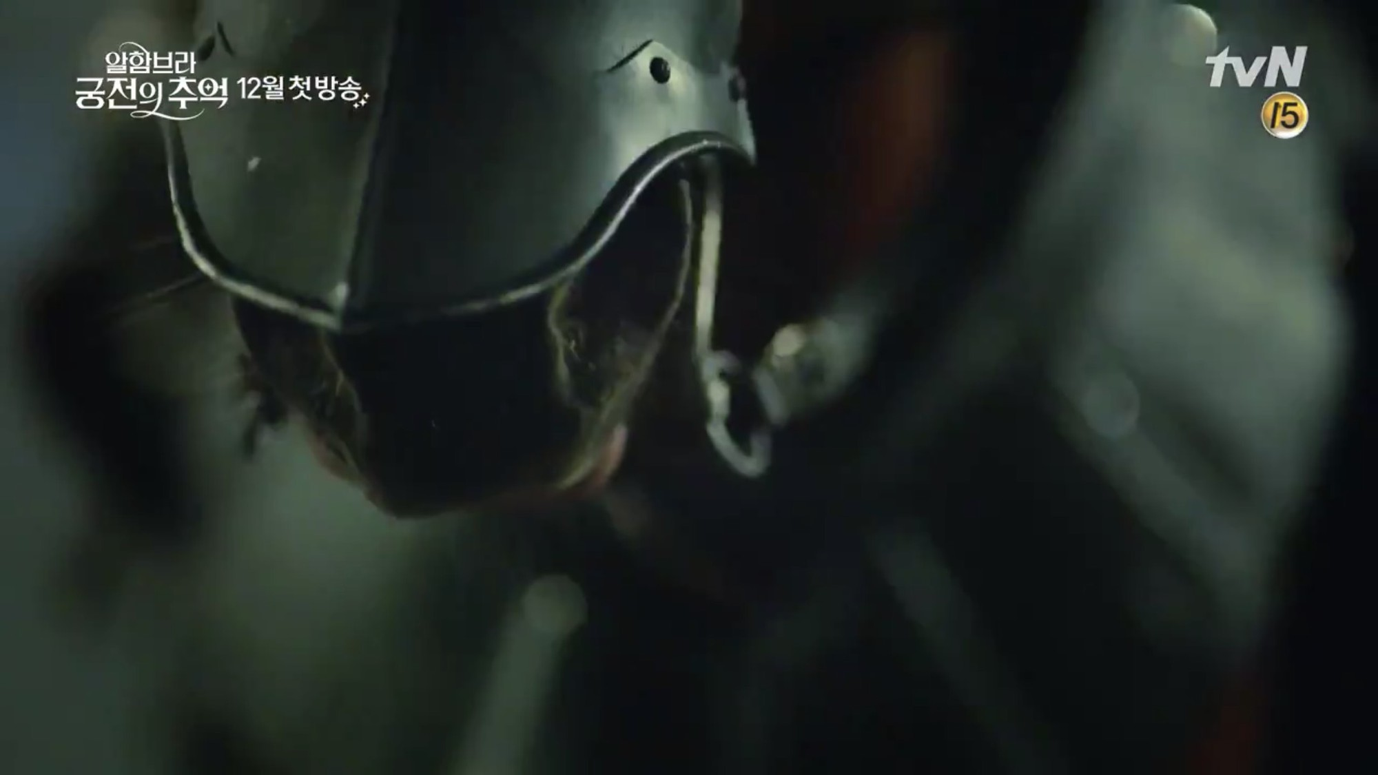 Park Shin Hye trùm khăn đỏ huyền bí trong teaser Memories of the Alhambra vừa tung nóng hổi - Ảnh 10.