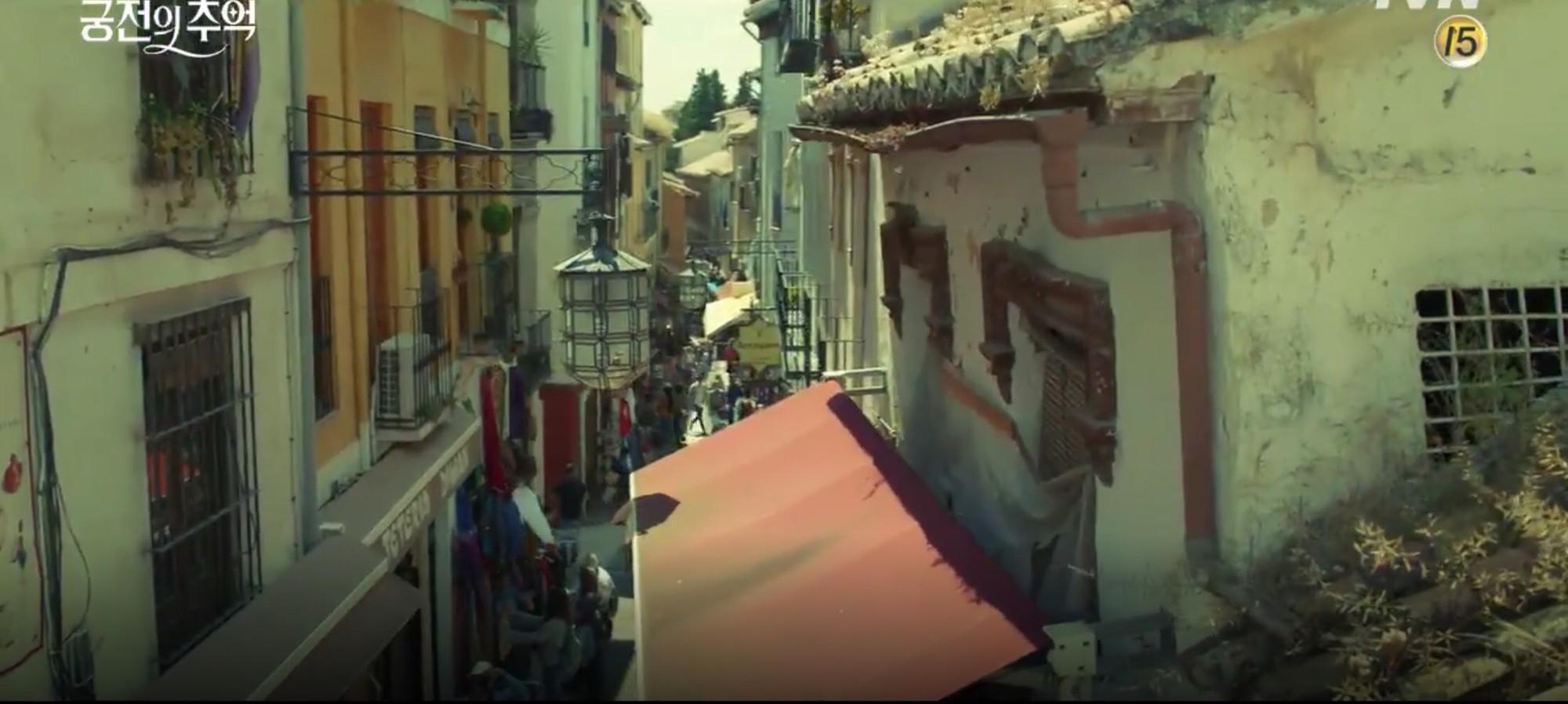Park Shin Hye trùm khăn đỏ huyền bí trong teaser Memories of the Alhambra vừa tung nóng hổi - Ảnh 13.
