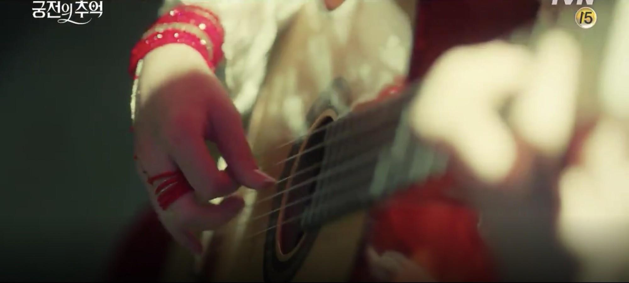 Park Shin Hye trùm khăn đỏ huyền bí trong teaser Memories of the Alhambra vừa tung nóng hổi - Ảnh 14.