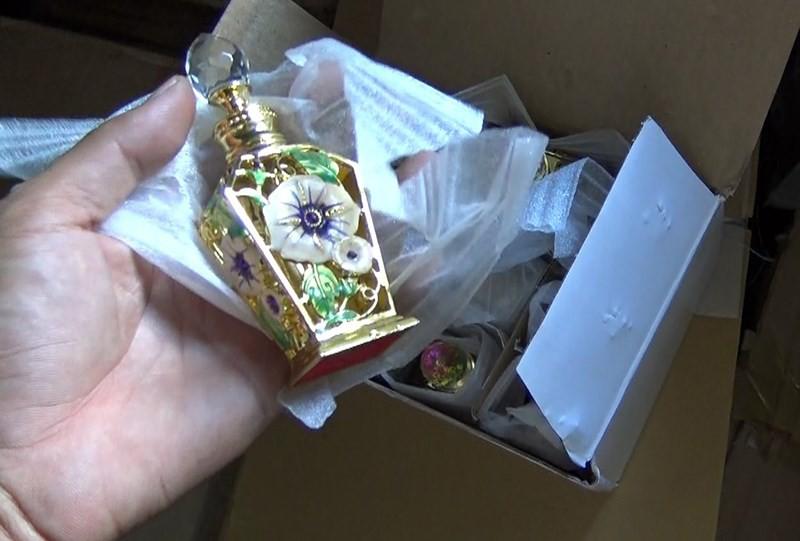 Bắt giữ hàng trăm lọ nước hoa, mỹ phẩm giả ở Tân Phú - Ảnh 1.